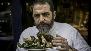 Fran Monrabá,del restaurante Haddock-La Taverne Canaille,posa con unas setas de primavera.