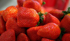 Alarma en Australia por la aparición de unas fresas con agujas en su interior