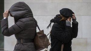 Unas mujeres se protegen del frío en València, el año pasado.