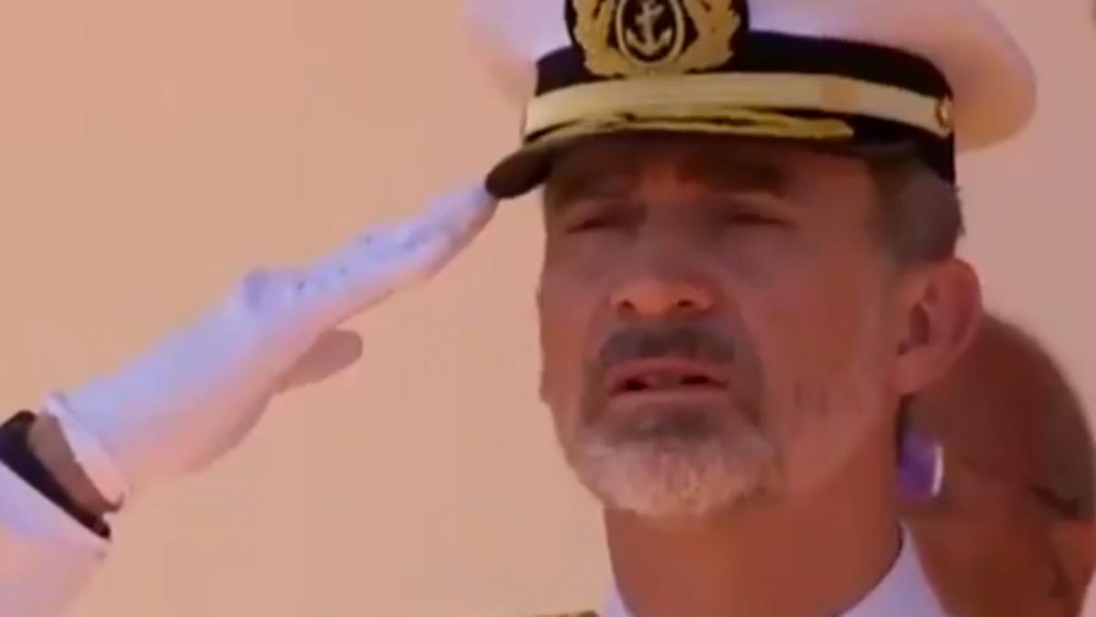 El gesto de desaprobación del Rey durante el izado de la bandera.