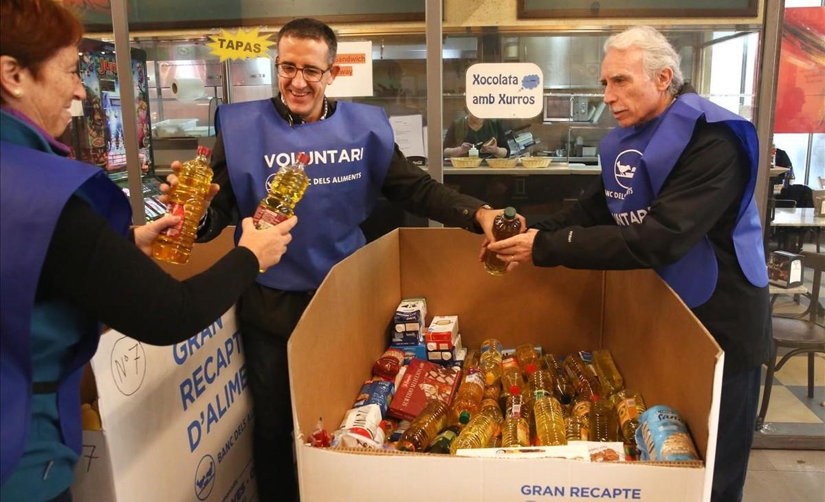 Voluntarios ordenan las gigantescas cajas que guardan los alimentos recogidos en el Mercat de Santa Caterina, de Barcelona.