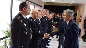 Grande-Marlaska saluda a los mandos policiales a su llegada al acto del 196 aniversario de la Policía Nacional.