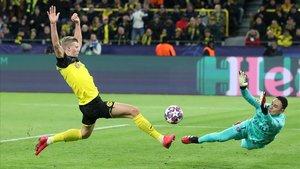 Haaland marca el primer gol del Dortmund al PSG.