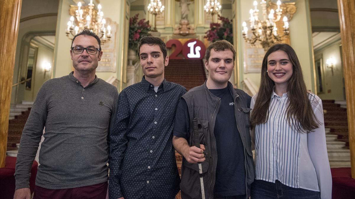 De izquierda a derecha, Ángel, Hugo, Toni y Paulaen las escalinatasdel Liceu, el miércoles.