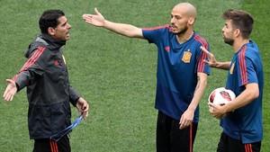 Hierro, Silva y Piqué, en el entrenamiento de España en el estadio Luzhniki de Moscú.