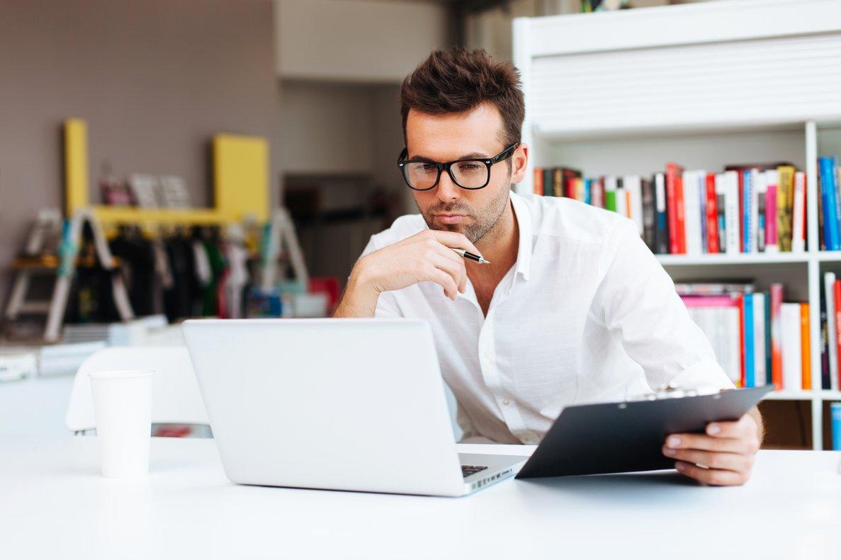 Un hombre trabajando con su ordenador portátil.
