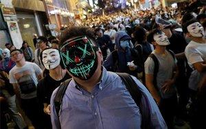 Los manifestantes en Hong Kong salen a las calles con máscaras.