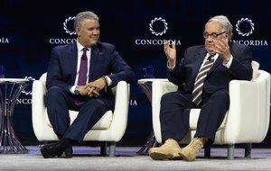 El mandatario Iván Duque (izquierda) durante una charla con el empresario Howard Buffett en Nueva York.