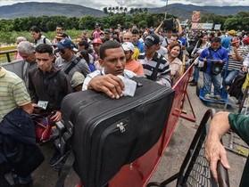 Huida 8 Ciudadanos venezolanos esperan en la frontera con Colombia para escapar de su país.