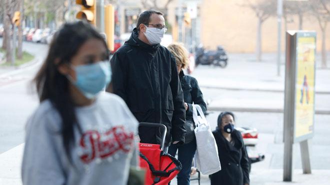 Illa: Hemos conseguido el objetivo de ralentizar la epidemia de coronavirus. En la foto, cola de clientes en un supermercado de la Zona Franca de Barcelona.