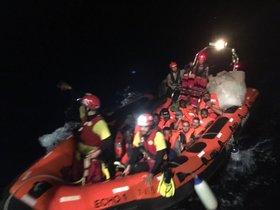 Imagen facilitada por 'Open Arms' del rescate de 39 personas esta madrugada en el Mediterráneo.