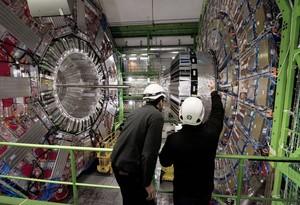 Imatge d'arxiu de dos científics a les instal·lacions del CERN.