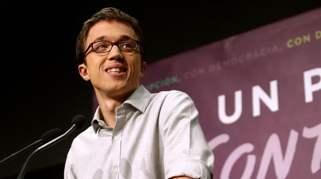 Íñigo Errejón sonríe durante su comparecencia ante los medios la noche electoral.