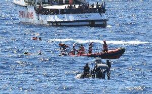 Nueve personas, inmigrantes del Open Arms, se tiran al mar para llegar a Lampedusa a nado.