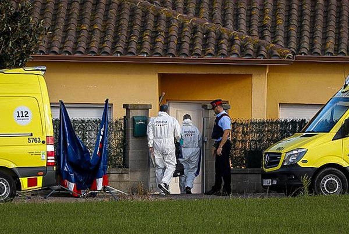 Investigadores de los Mossos entran en la casa donde han matado a las dos niñas en Salitja (Vilobí d'Onyar).