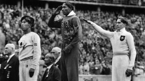 Jesse Owens, entre el japonés Naoto Tajima y el alemán Luz Long, en el podio de la final de longitud de los Juegos de Berlín 1936.
