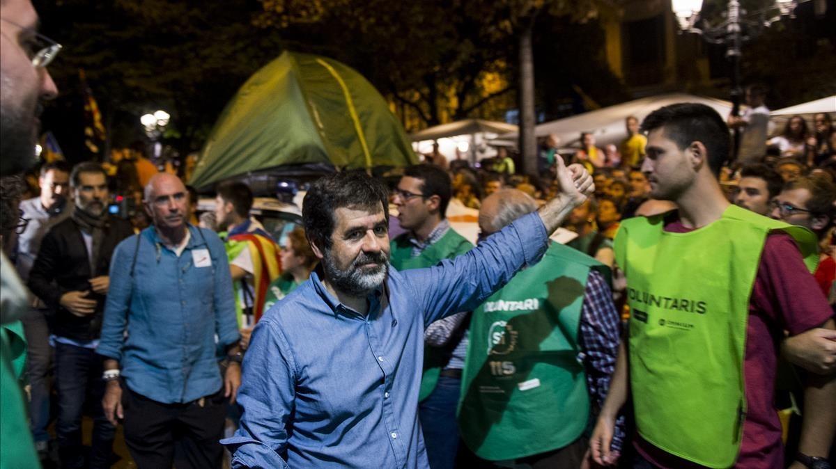 Jordi Sànchez levanta el pulgar hacia los manifestantes frente a la sede de Economia, el 20-S del 2017.