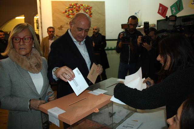 El cabeza de lista del PPC, Jorge Fernández Díaz, deposita su voto en la urna de la escuela Augusta de Barcelona.