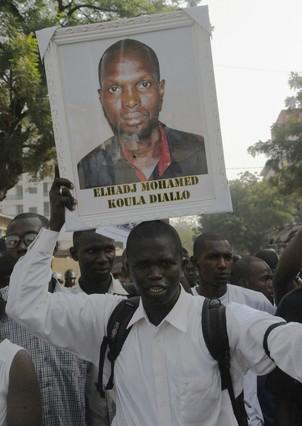 Un manifestante porta una imagen del periodista asesinado.