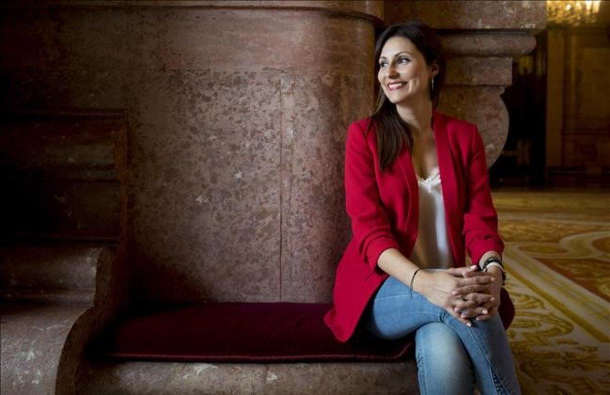 La líder de Cs, Lorena Roldán, en los pasillos del Parlament, en una fotografía de archivo tomada antes de la pandemia.