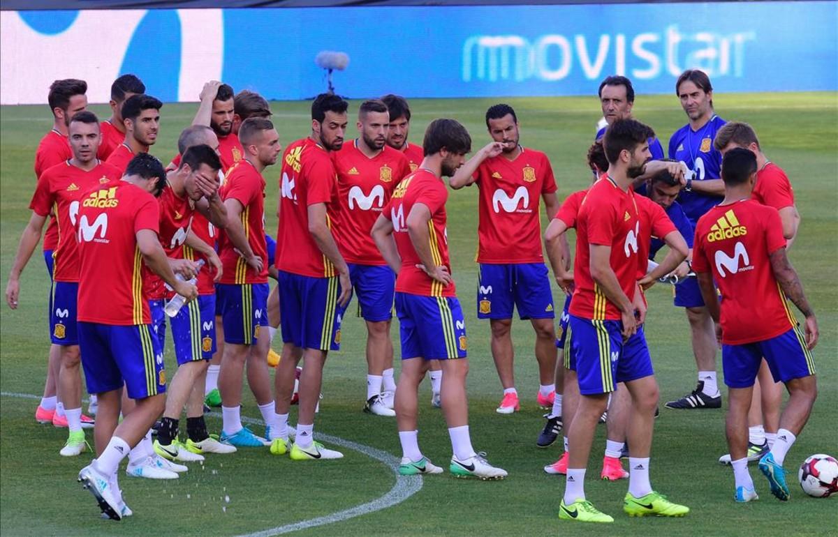 Julen Lopetegui, rodeado por sus jugadores en un entrenamiento de La Roja.