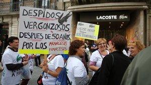 Els treballadors de Lacoste rebutgen les condicions de l'ERO i es manifesten davant les seves botigues