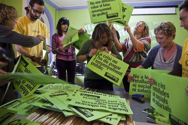 Los afiliados y colaboradores del sindicato USTEC-STES preparan en la sede el material para la manifestación del 22-M
