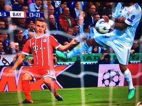 Las manos, el penalti, de Marcello no señalado por el turco Çakir ante el Bayern.