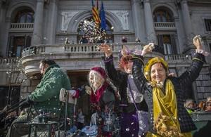 Libertad, Igualdad y Fraternidad, las Reinas de Enero, saludan al público desde el Ayuntamiento de Valencia.