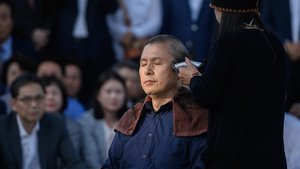 El líder de la oposición en Corea del Sur, Hwang Kyo-ahn, se afeita la cabeza frente a la residencia presidencial, este lunes.