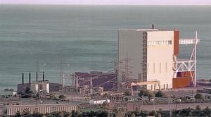 L'interior de la central Vandellòs-1, després de l'incendi del 1989. A sota, l'edifici del reactor.