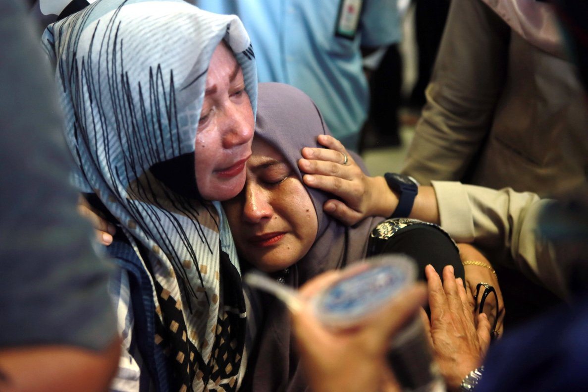 PAN01. Pangkal Pinang (Indonesia), 29/10/2018.- Indonesian relatives of the plane crash victims cry as they wait for the news at the airport in Pangkal Pinang, Indonesia, 29 October 2018. According to media reports on 29 October 2018, Lion Air flight JT-610 lost contact with air traffic controllers soon after takeoff then crashed into the sea. The flight was en route to Pangkal Pinang, and reportedly had 189 people onboard. EFE/EPA/HADI SUTRISNO
