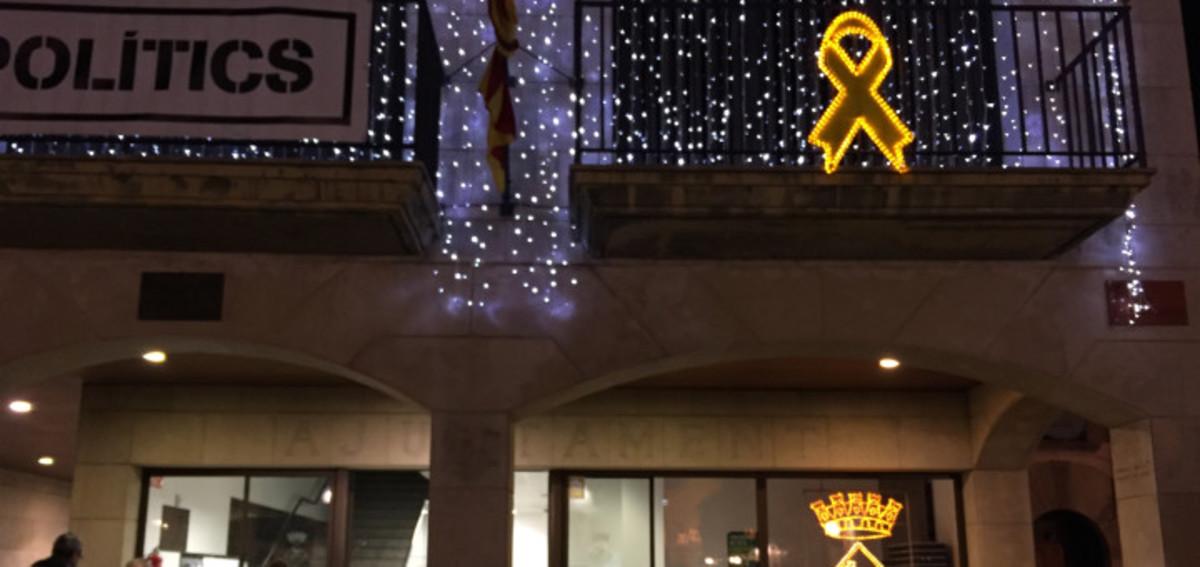 Un jutge investiga l'Ajuntament de Calella per un llaç groc lluminós