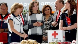 La reina Letizia y la ministra de Sanidad Dolors Montserrat, en la sede de la Cruz Roja mexicana.