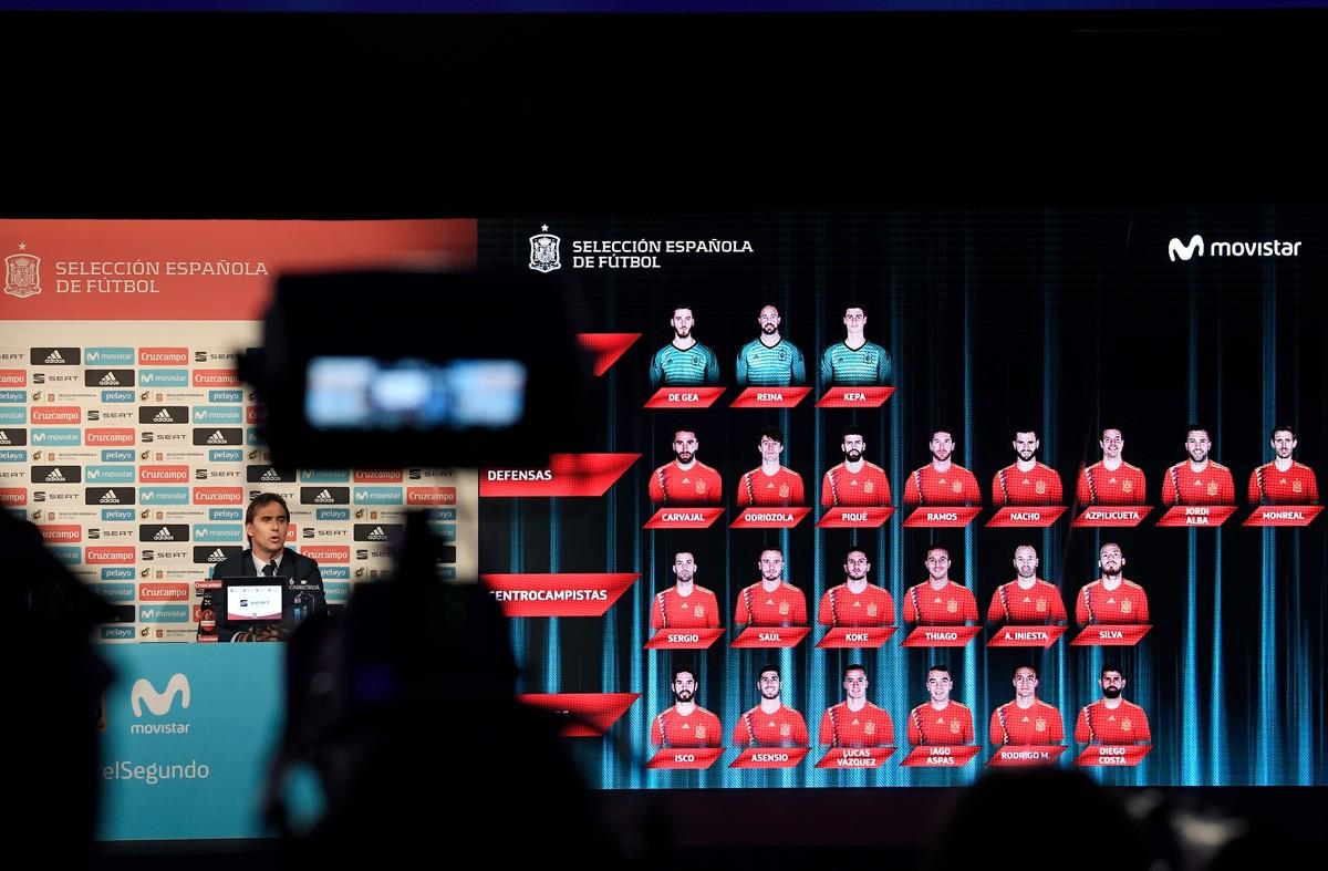 Julen Lopetegui y los hologramasde los convocados, durante la conferencia de prensa, este lunes en Madrid, del seleccionador español de fútbol.