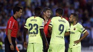 Los jugadores del Barça protestan al colegiado ante el Leganés.
