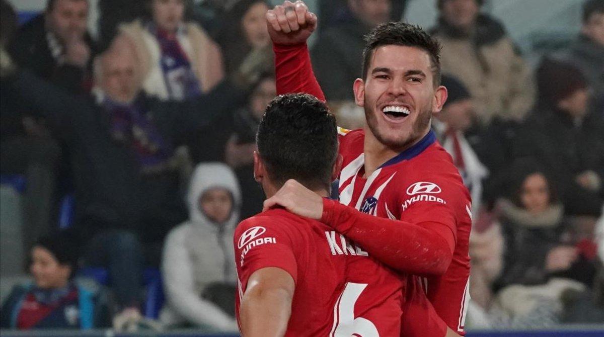 Lucas, felicitado por Koke, celebra su primer gol en el Atlético