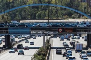 GRAF5242 MADRID 24 10 2017 - Un luminoso prohibe la velocidad a mas de 70 km h en la via de circunvalacion de la M-30 El Ayuntamiento de Madrid ha activado para manana miercoles el escenario 2 del protocolo contra la contaminacion que implica que los coches de no residentes no podran aparcar en la zona del Servicio de Estacionamiento Regulado SER en la almendra central de la capital Ademas la velocidad de circulacion en el interior de la M-30 y en las vias de acceso a la ciudad en ambos sentidos estara limitada a 70 kilometros por hora Estas medidas se decretan como consecuencia de los altos niveles de dioxido de nitrogeno NO2 y de que las previsiones de la Agencia Estatal de Meteorologia AEMET siguen siendo desfavorables EFE Fernando Alvarado