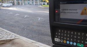 GRAF001. MADRID, 13/10/2017.- Detalle del mensaje que puede leerse en un parquímetro de la capital que indica la prohibición de estacionamiento. El Ayuntamiento de Madrid mantiene hoy las restricciones de tráfico al activar ayer el 'escenario 2' del protocolo contra la contaminación, que implica que los coches de no residentes no podrán aparcar en la zona del Servicio de Estacionamiento Regulado (SER) entre las 09:00 y las 21:00 horas. Además, la velocidad de circulación continúa limitada a 70 kilómetros por hora en el interior de la M-30 y en las vías de acceso a la ciudad en ambos sentidos. EFE/ Zipi