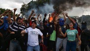 Manifestantes contra el gobierno de Nicolás Maduro cantan eslogans de protesta en Venezuela