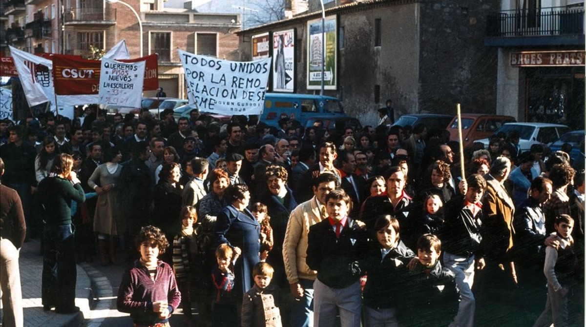 Manifestación vecinal por las calles de Sant Cosme a finales de los años 70 para reclamar mejoras urbanísticas.
