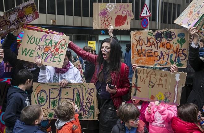 Manifestacion Volem acollir, Casa meva, Casa vostra, en Barcelona por los refugiados.