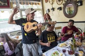 Manu Chao, dimecres, al bar Ramón del barri de Sant Cosme.