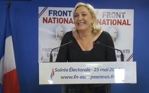 Marine Le Pen celebra la victoria del FN, anoche en la sede del partido en Nanterre.