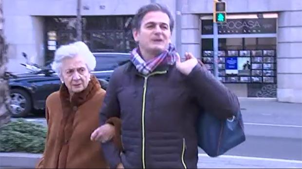 Marta Ferrusola y Oriol Pujol visitan a Jordi Pujol en el hospital.