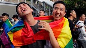 Dos jóvenes celebran la legalización del matrimonio gay por parte del Parlamento de Taiwán, este viernes, en Taipei.