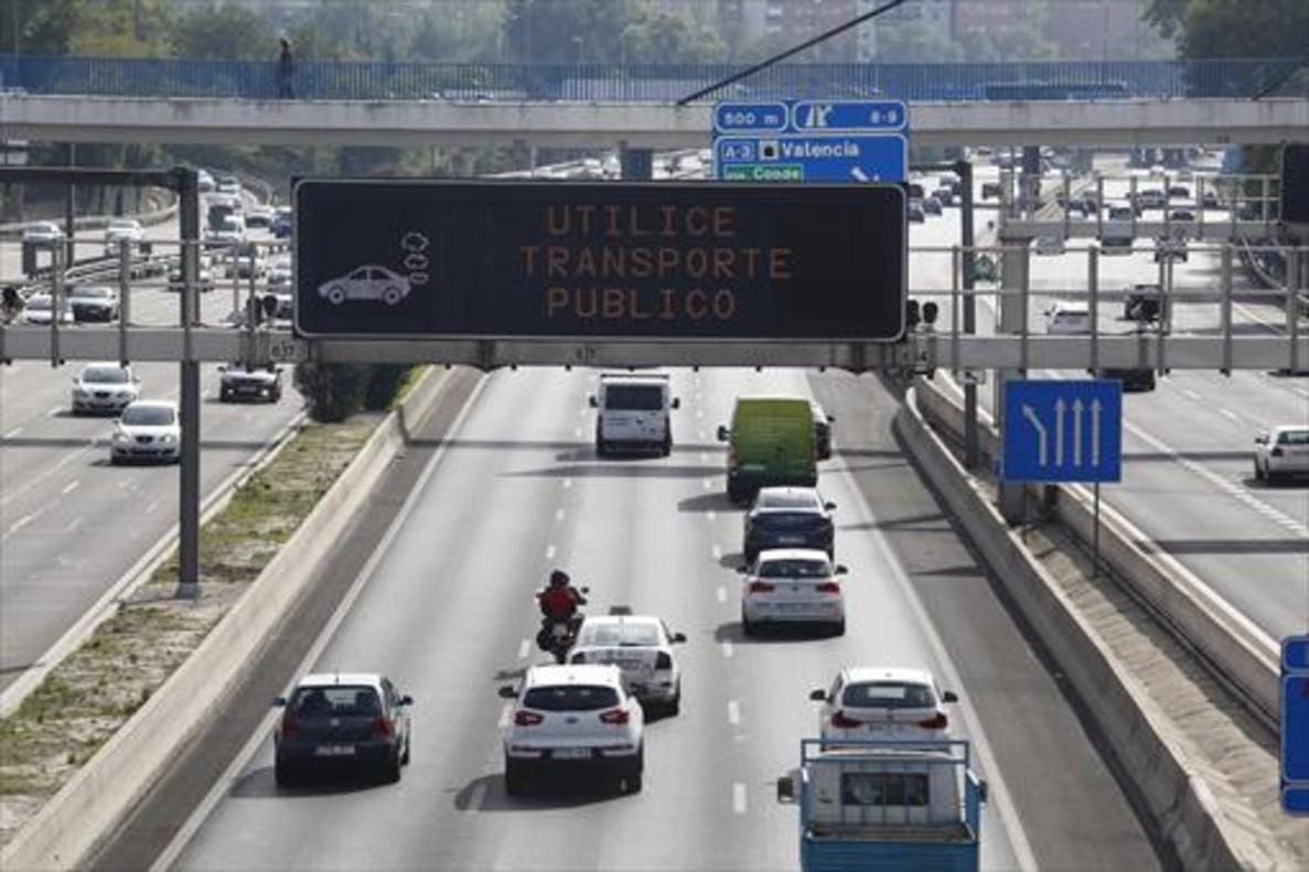 Mensajes en las pantallas informativas de la M-30, en un episodio de contaminación.
