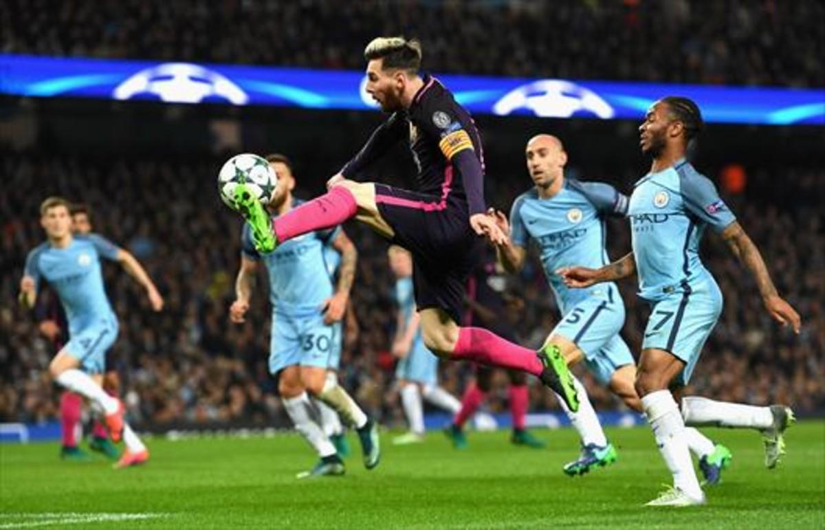 Messi controla el balón antes de marcar.