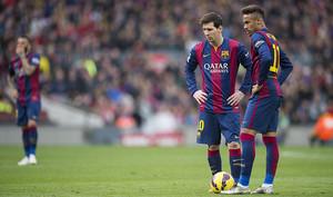 Messi y Neymar, antes del lanzamiento de una falta, el sábado en el Camp Nou, en el partido contra el Málaga.