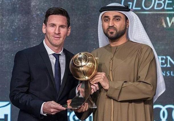 Messi recibe en Dubái el trofeo comomejor jugador del año en la gala de Globe Soccer del 2015.